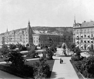Vängåvan med fontänen samt Storgatan med Kihlmanska huset samt Rahmska huset, Holmströmska och Hirschska huset. Fotografering 1900-1915.